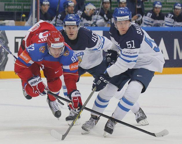 Fin Tomi Sallinen (vpravo) zastavuje ruského hráče Jevgenije Kuzněcova v semifinále MS.