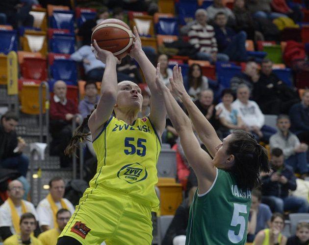 Basketbalistka USK Anete Šteinbergaová (vlevo) se snaží prosadit přes Zsofii Vargaovou z Györu v zápase 8. kola Evropské ligy.