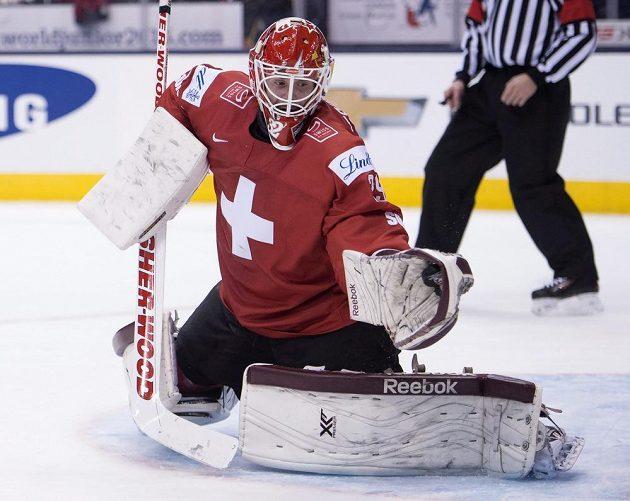 Švýcarský brankář Gauthier Descloux zasahuje v utkání proti Česku na MS hráčů do dvaceti let.