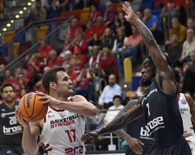 Zleva Jaromír Bohačík z Nymburka a Paris Lee z Bambergu během utkání 1. kola skupiny C basketbalové Ligy mistrů.