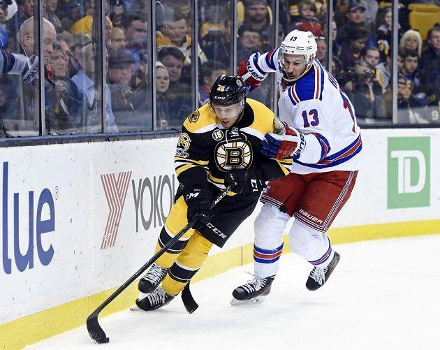 Český útočník Bostonu David Krejčí se snaží prosadit v utkání NHL s New York Rangers. Brání mu Kevin Hayes.