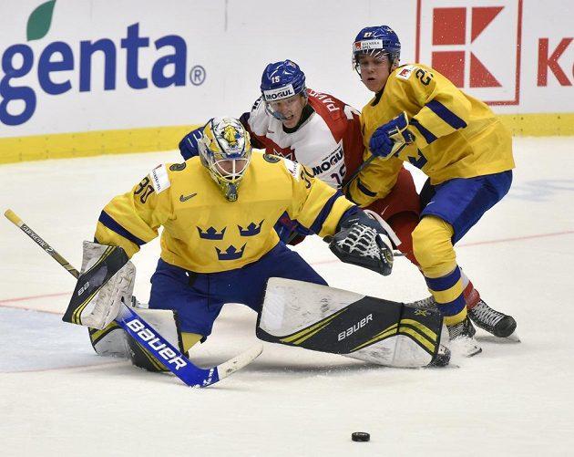 Brankář Hugo Alnefelt a Nils Lundkvist ze Švédska se snaží zabránit v akci Ondřeji Pavlovi.