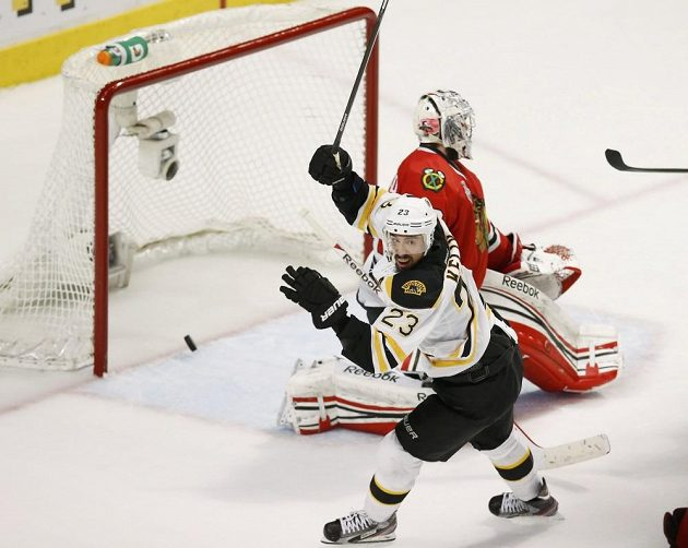 Chris Kelly se raduje z gólu v síti Blackhawks.
