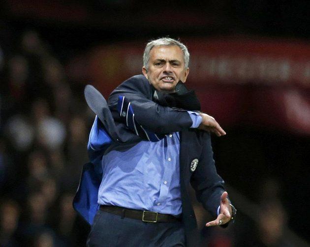 Trenér Chelsea José Mourinho spílá v zápase proti Manchesteru United rozhodčím.