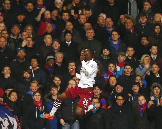 Útočník Aston Villy Christian Benteke se raduje ze vstřelení gólu proti Crystal Palace.