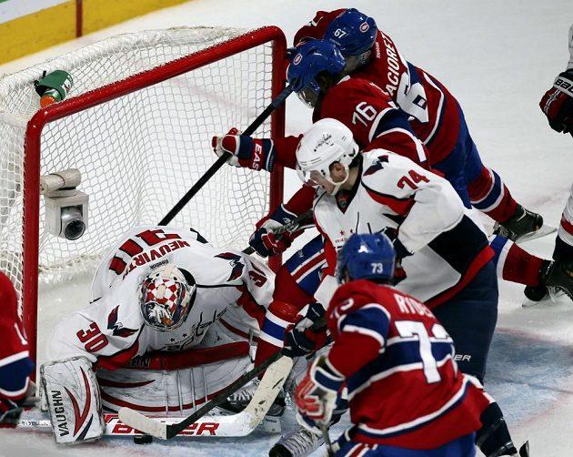 Brankář Washingtonu Michal Neuvirth odolává náporu útočníků Montrealu.
