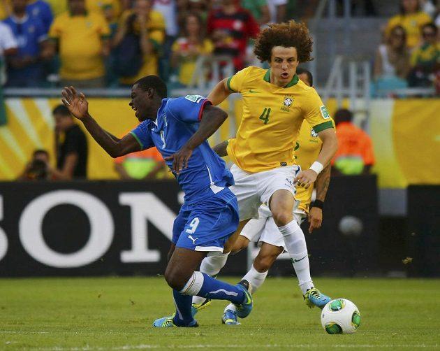 Brazilec David Luiz (ve žlutém) fauluje Itala Maria Balotelliho.