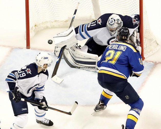 Gólman Winnipeg Jets Ondřej Pavelec vyráží puk v utkání NHL proti St. Louis Blues.