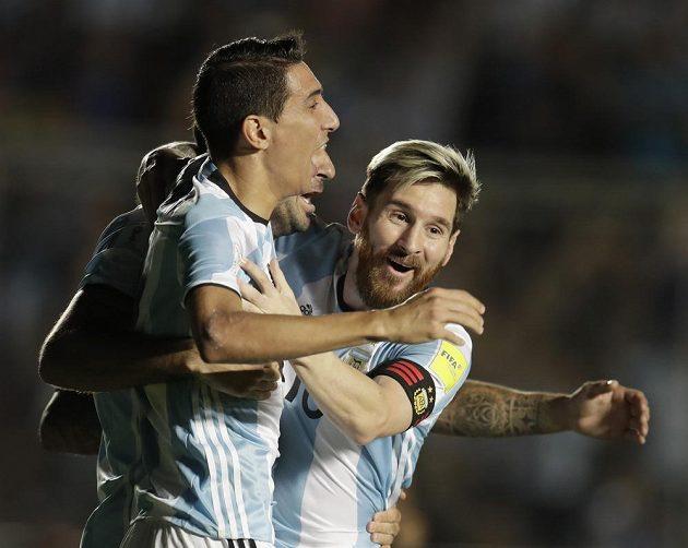 Angel Di María (vlevo) se raduje společně s Lionelem Messim z gólu proti Kolumbii.