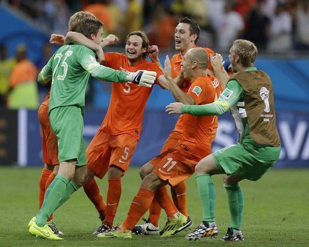 Po zápase se svorně radovali Tim Krul (23), Arjen Robben (11) i Jasper Cillessen (vpravo).