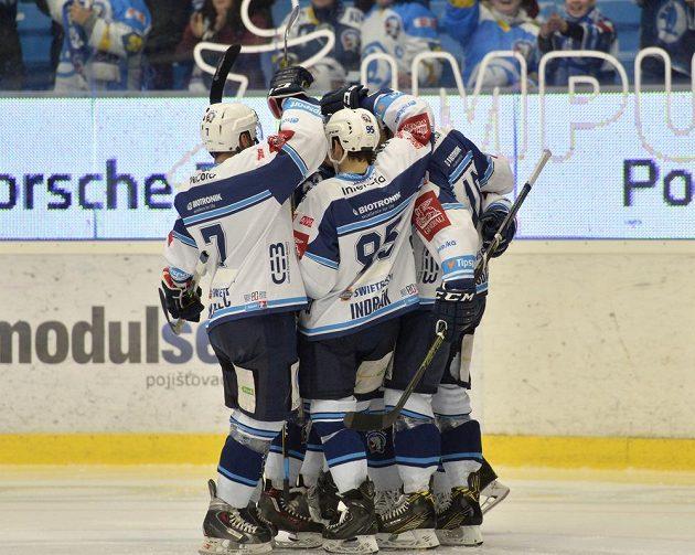 Plzeňští hráči se radují z úvodní branky utkání proti Pardubicím.