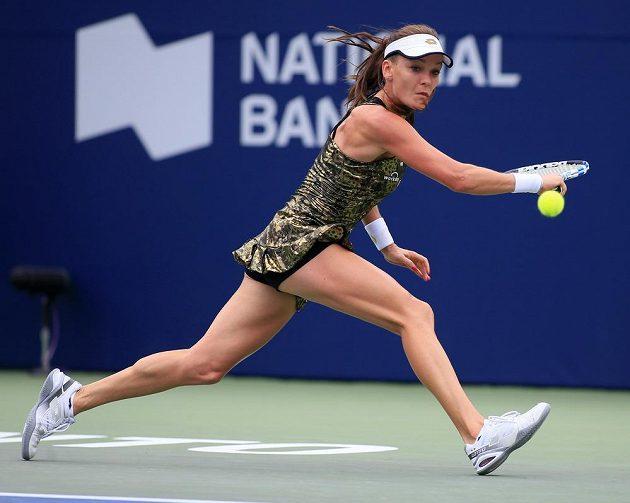 Nové šaty zaujaly. Polka Agnieszka Radwaňská na turnaji v Torontu v utkání s Rumunkou Simonou Halepovou.