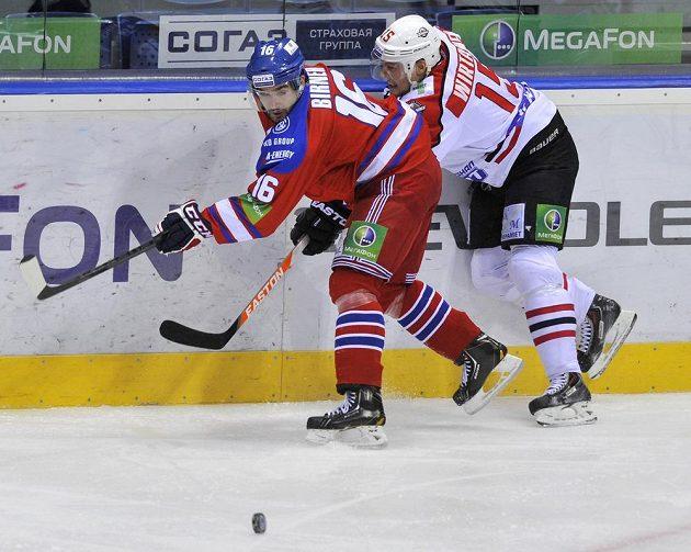 Útočník Lva Michal Birner (vlevo) a útočník Doněcku Petteri Wirtanen bojují o puk.