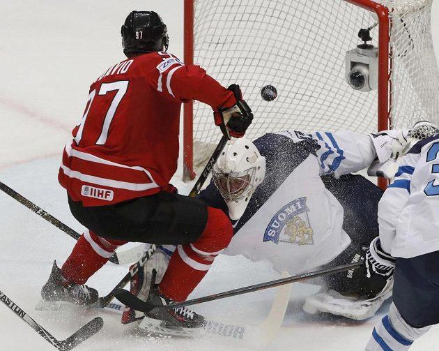 Kanaďan Connor McDavid překonává finského brankáře Mikko Koskinena.