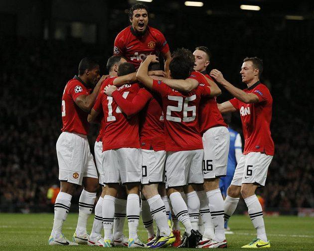 Fotbalisté Manchesteru United se radují z gólu, který si vstřelil Inigo Martinez z Realu Sociedad.