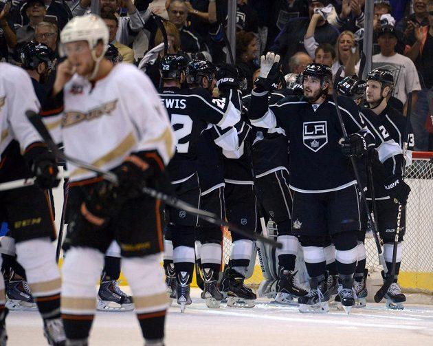 Hokejisté Los Angeles Kings se radují z třetí výhry nad Anaheimem, díky které srovnali stav série na 3:3.