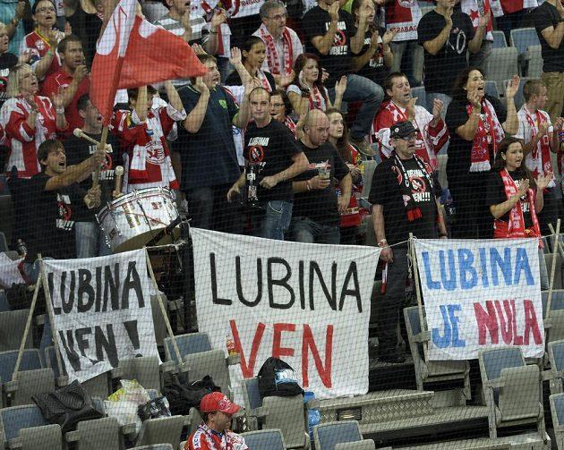 Slavia sice vyhrála tři ze čtyř úvodních zápasů nového ročníku extraliga, někteří její fanoušci však přesto žádají odchod trenéra Ladislava Lubiny.