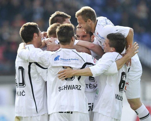 Hráči Hradce Králové se radují z gólu v uktání proti Slovácku.