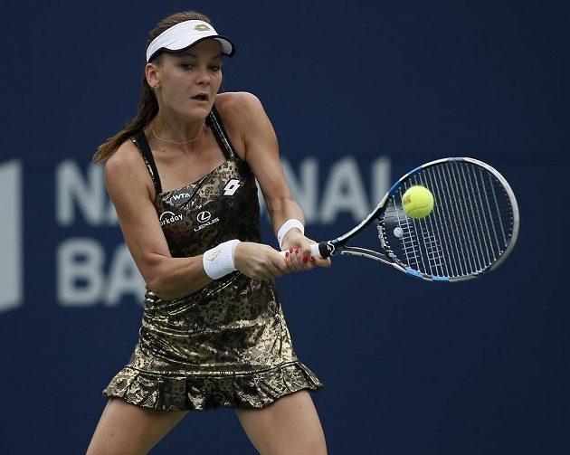 Polka Agnieszka Radwaňská na turnaji v Torontu zaujala nezvyklým oblečením. Snímek je z utkání se Simonou Halepovou z Rumunska