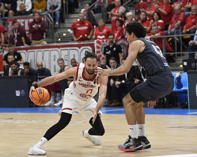 Vojtěch Hruban z Nymburka a Michael Carrera z Bambergu v akci během utkání 1. kola skupiny C basketbalové Ligy mistrů.