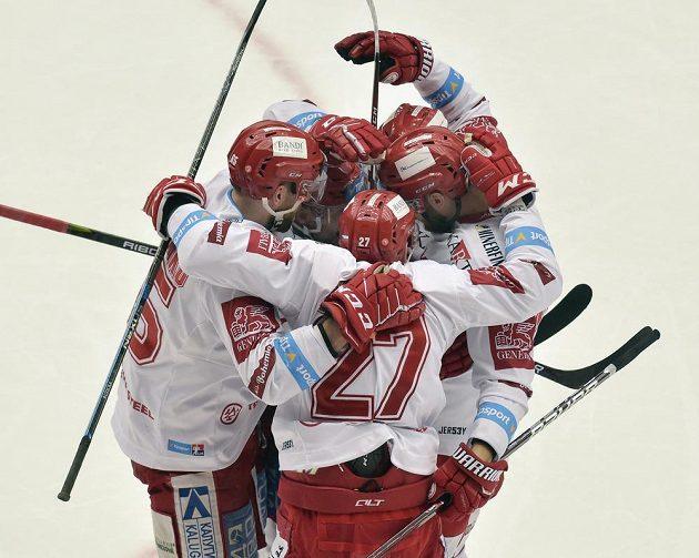 Hokejisté Třince se radují z druhého gólu.