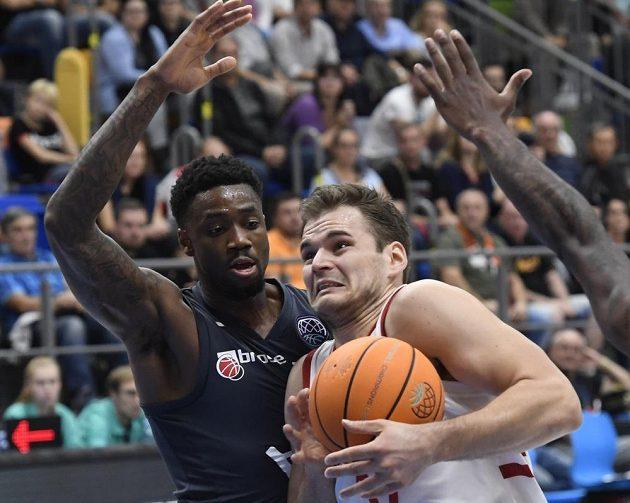 Tre' McLean z Bambergu a Jaromír Bohačík z Nymburka během utkání 1. kola skupiny C basketbalové Ligy mistrů.
