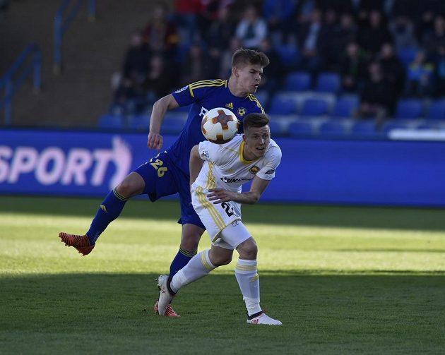 O míč bojují jihlavský Martin Nový (vlevo) a Lukáš Bartošák ze Zlína.