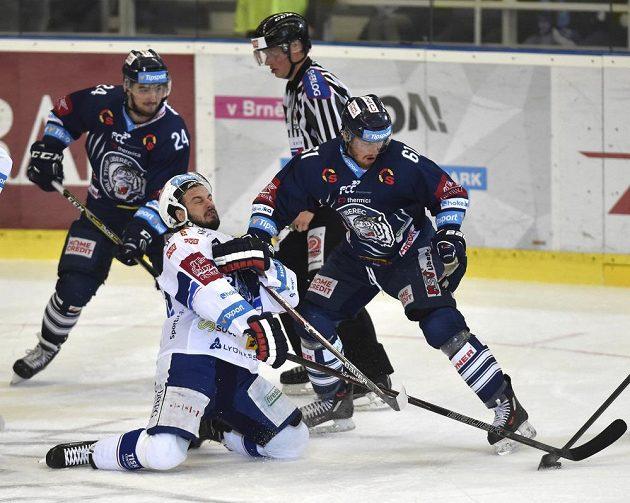 Martin Zaťovič z Brna (uprostřed) se kácí na led v obležení libereckých soupeřů Filipa Pyrochty a Milana Bartoviče ve finále play off hokejové extraligy.