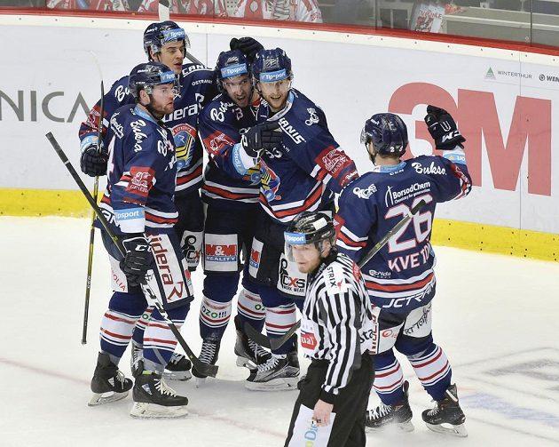Vítkovičtí hokejisté se radují z gólu na ledě Třince.