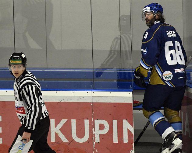 Vyloučený Jaromír Jágr z Kladna odchází na trestnou lavici v úvodním duelu play off.