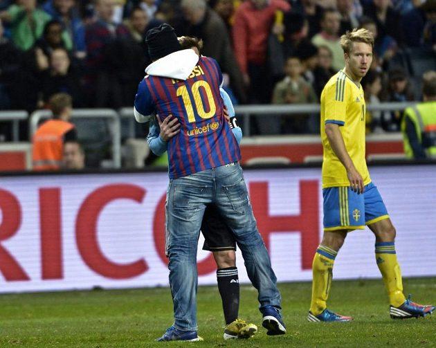 Fanoušek se ve Stockholmu vrhl na Lionela Messiho.