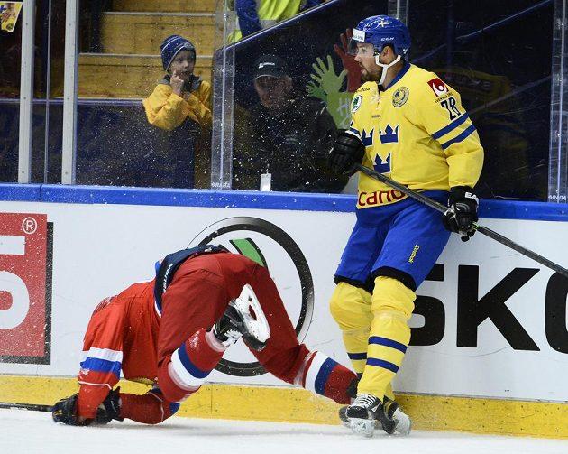 Ruský obránce Roman Rukavišnikov (vlevo) a švédský útočník Jimmie Ericsson v utkání turnaje Karjala.