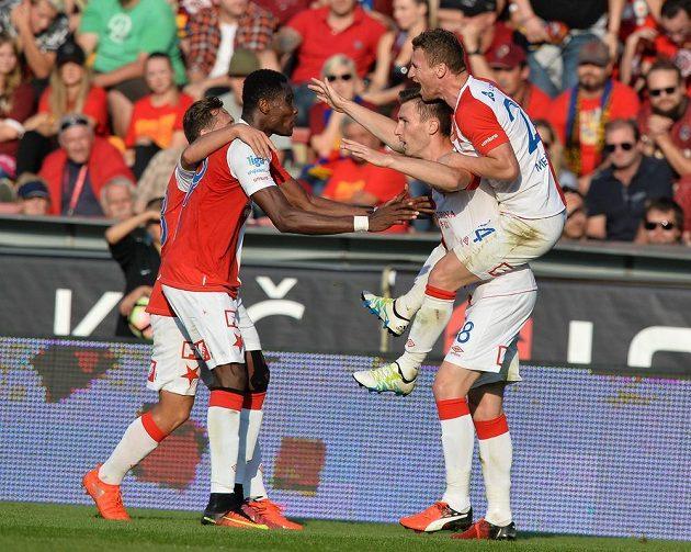 Fotbalisté Slavie se radují z branky, kterou vstřelili svému rivalovi Spartě na Letné.