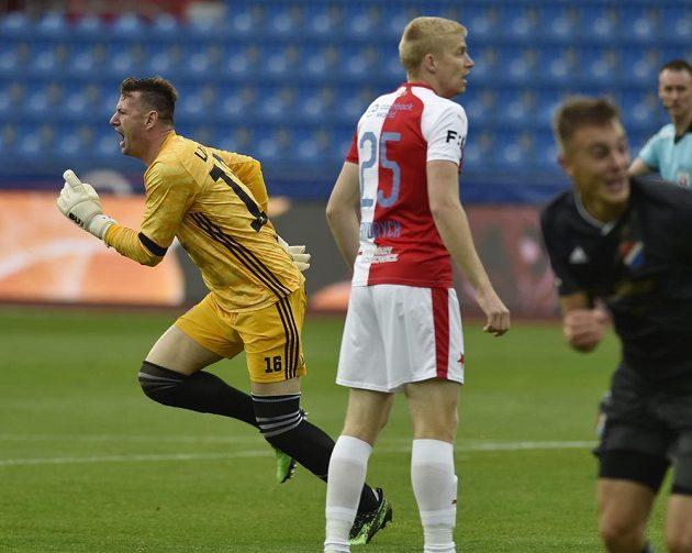 Brankář Ostravy Jan Laštůvka raduje z druhého gólu, uprostřed Michal Frydrych ze Slavie.