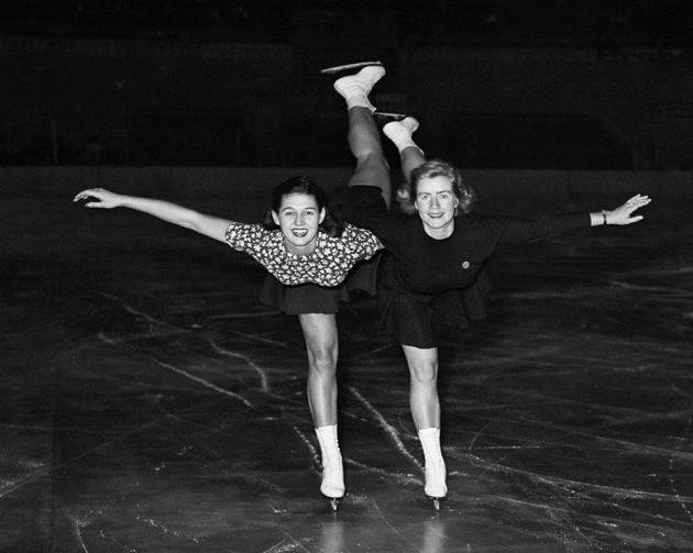 Ája Vrzáňová (vlevo) a finská krasobruslařka Leena Pietilä na archivním snímku.