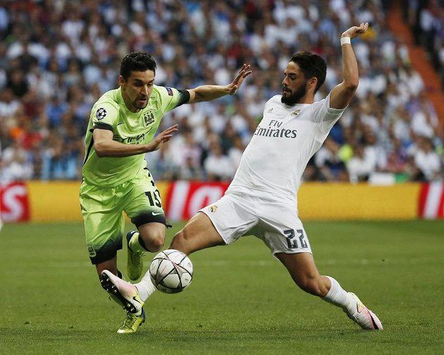 Jesús Navas z Manchesteru City (vlevo) se snaží přejít přes Iska z Realu Madrid.