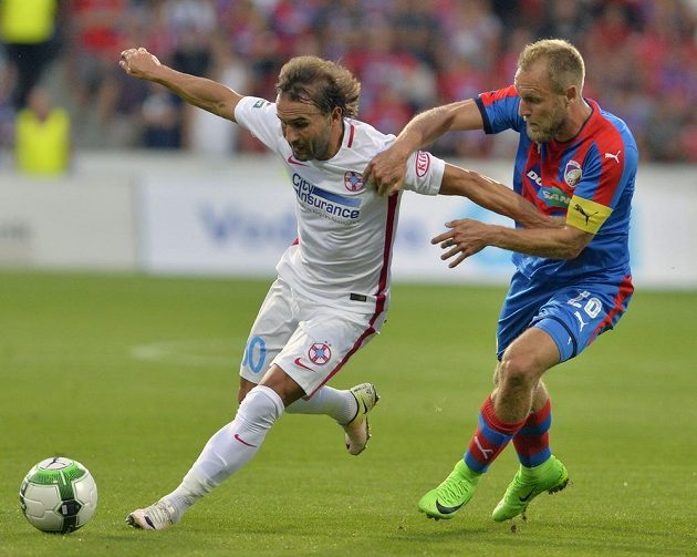 Zleva Filipe Teixeira z hostujícího celku FCSB a plzeňský kapitán Daniel Kolář.