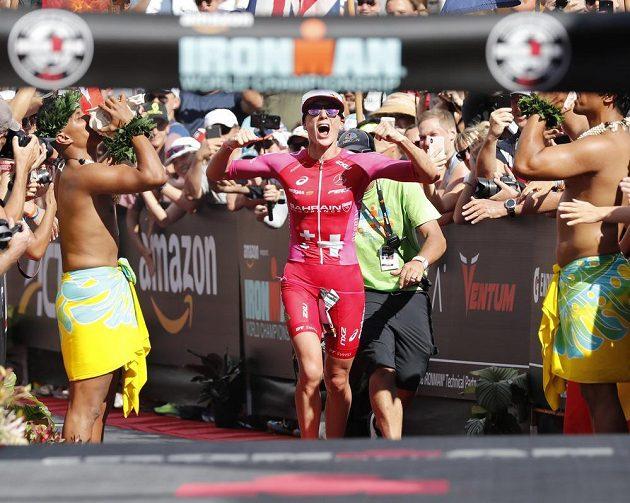 Vítězska havajského Ironmana Daniela Ryfová ze Śvýcarska dobíhá do cíle v rekordu trati.