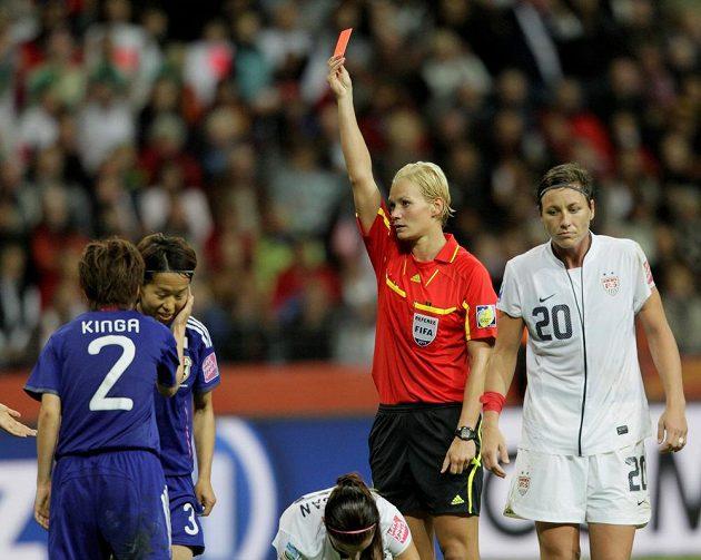 Bibiana Steinhausová ukazuje červenou kartu Azuse Iwašimizuové (druhá zleva) ve finále MS mezi Japonskem a USA ve Frankfurtu v roce 2011.