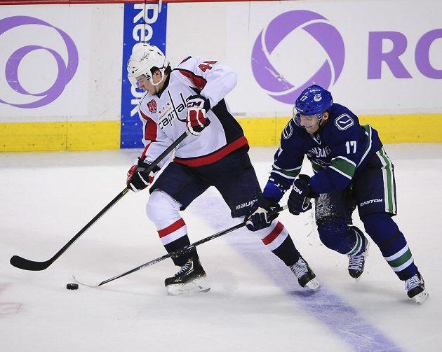 Radim Vrbata (17) z Vancouveru Canucks se snaží sebrat kotouč Michaelu Lattovi z Washhingtonu.