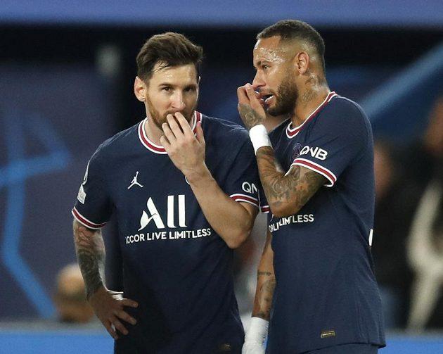 Jak na ně? Domluva hvězd PSG Lionela Messiho s Neymarem.