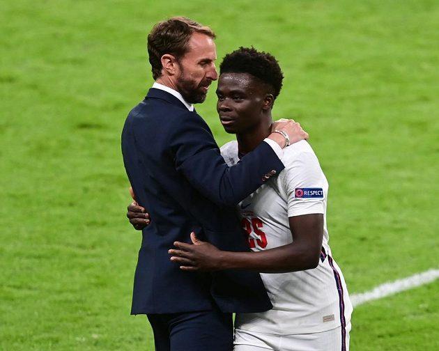 Anglický reprezentant Bukayo Saka a kouč Albionu Gareth Southgate během zápasu s českou reprezentací,.