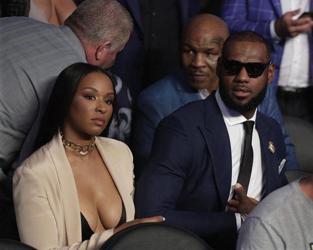 Basketbalista LeBron James a bývalý boxer Mike Tyson. I tito sportovní velikáni přišli na zápas Floyd Mayweather vs. Conor McGregor.