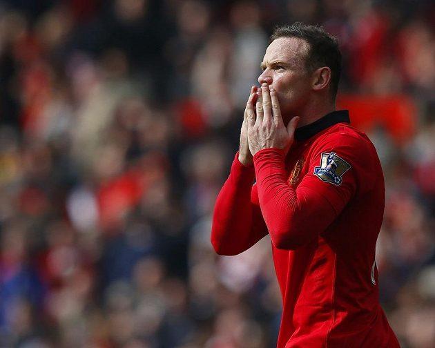 Kanonýr Manchesteru United Wayne Rooney slaví svůj druhý gól proti Aston Ville.
