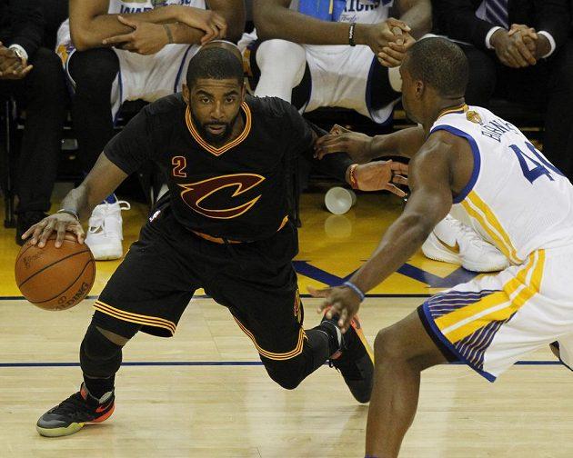 Rozehrávač Clevelandu Kyrie Irving (vlevo) se podílel na výhře svých barev s pátém finále NBA 41 body.