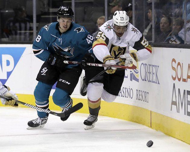 Český hokejový útočník Tomáš Hertl v dresu San Jose Sharks v souboji s Keeganem Kolesarem z Vegas Golden Knights v přípravném utkání na nový ročník NHL.