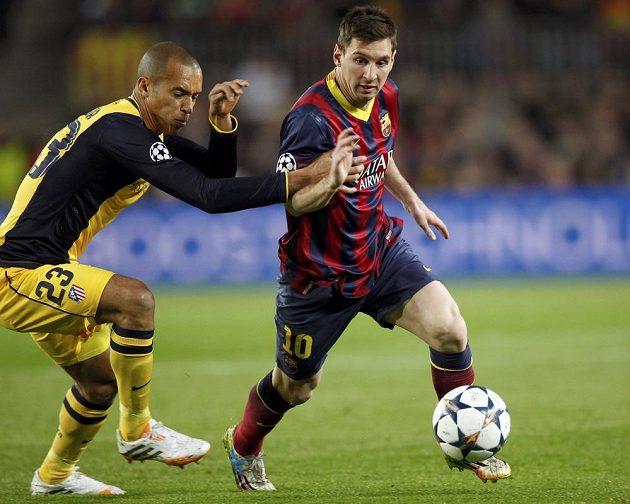 Barcelonský Lionel Messi (vpravo) a Joao Miranda z Atlétika ve čtvrtfinále Ligy mistrů.