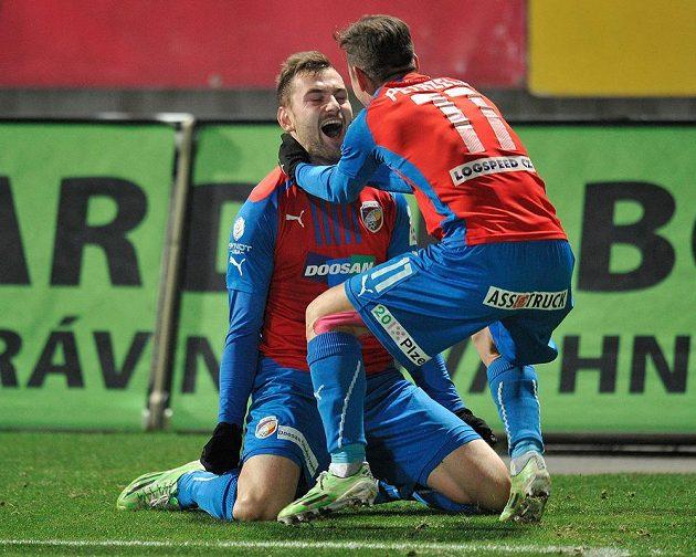 Autor rozhodujícího gólu Radim Řezník (vlevo) a Milan Petržela, oba z Plzně.