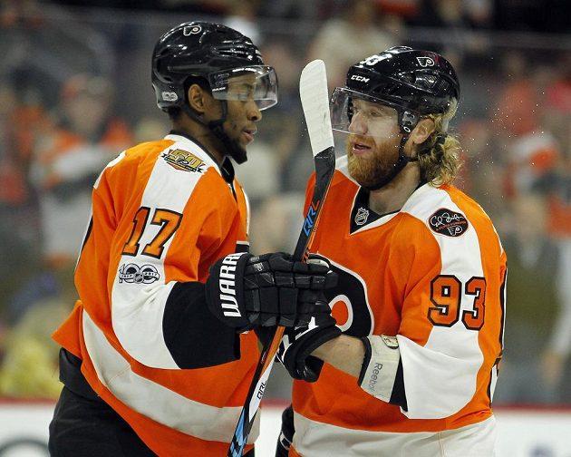 Útočník Philadelphie Flyers Wayne Simmonds (vlevo) gratuluje spoluhráči Jakubu Voráčkovi ke gólu v utkání NHL proti týmu Columbus Blue Jackets.