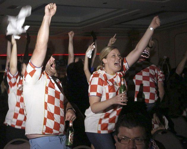 Fanoušci Chorvatska slaví gól v zápase proti Brazílii.